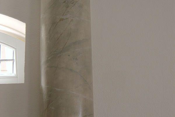 Säulen in Marmorimitation