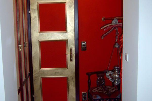 Farbgestaltung von Tür und Wänden