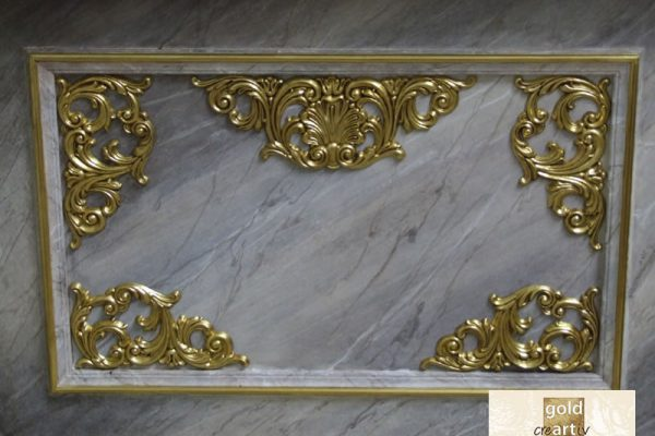 Altar in Marmorimitation mit vergoldeten Schnitzereien